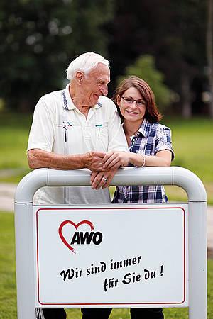 Senior mit Pflegekraft